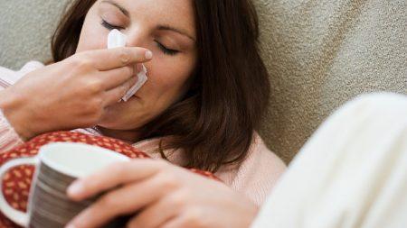 Простуда не так опасна для малыша, но мамы должны быть аккуратны со здоровьем